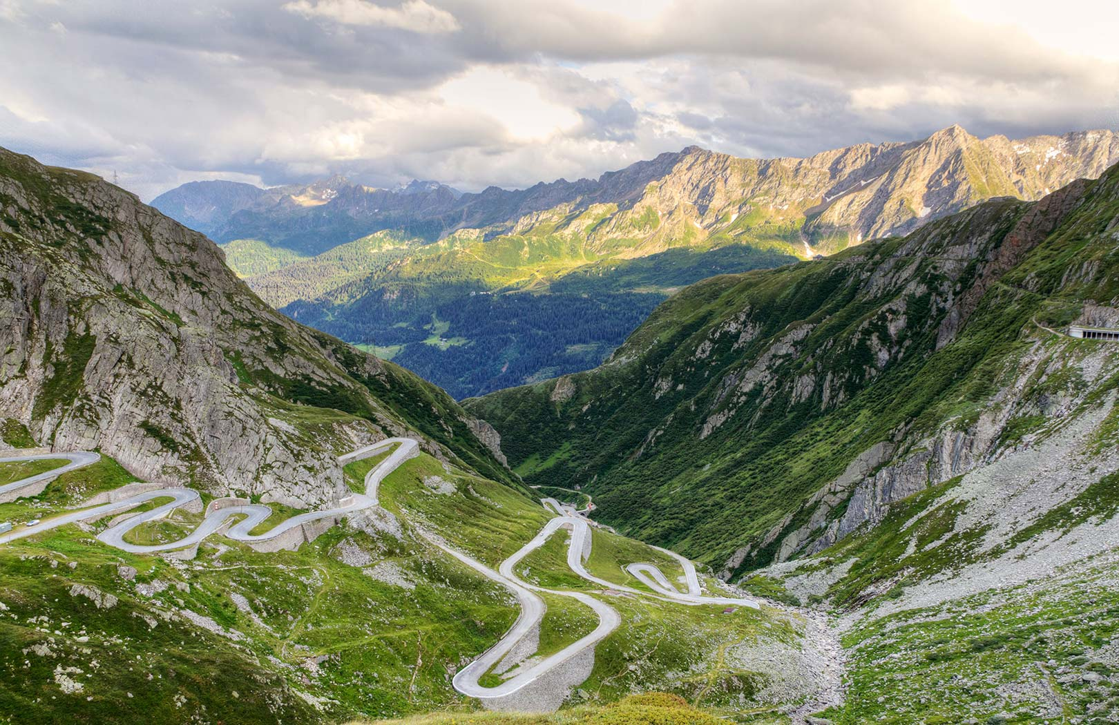 Picture of a curving road along the Saint Gotthard Pass, Canton Uri, Switzerland [1620 × 1050]